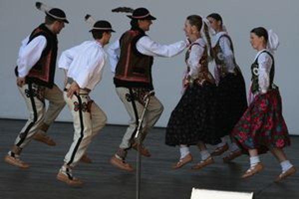 Hudobno-tanečná skupina chce v Čadci založiť tradíciu folklórnych bálov.