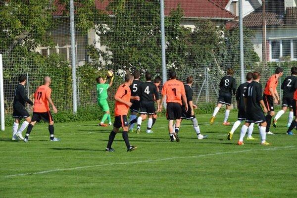 Trenčianske Stankovce (v tmavom) prehrali vo Vrbovom o sedem gólov.