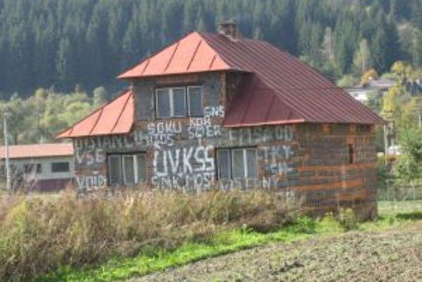 Majiteľ si dom pomaľoval názvami strán a inštitúcií, z ktorých niektoré už dávno zanikli.