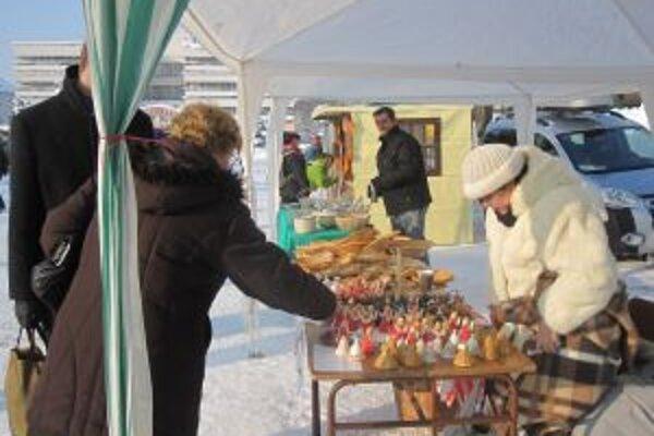 Vianočné trhy. Aj napriek mrazivému počasiu predávajúci ponúkali to, čo v poslednom období práve na túto príležitosť vyrobili.