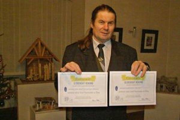 Jozef Práznovský na svojej nedávnej vernisáži v Kaštieli Radoľa získal až dva certifikáty a zápisy do Slovenskej knihy rekordov.