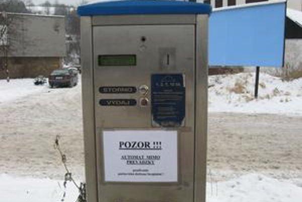 Na automatoch visí oznam, že sú mimo prevádzky.
