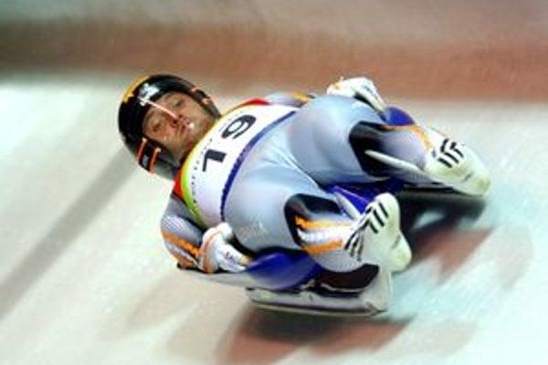 Slovenský reprezentant v sánkovaní Jozef Ninis počas jazdy na zimnej olympiáde v Turíne.