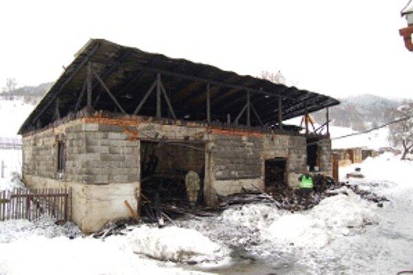 Budova horela. Bolo v nej uskladnených 50 kubíkov palivového dreva.