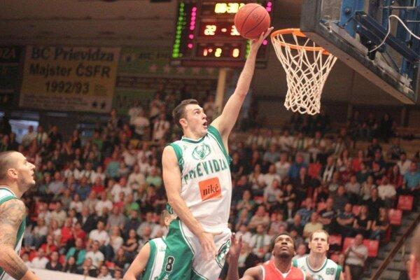 Marko Batina posiela loptu do koša.