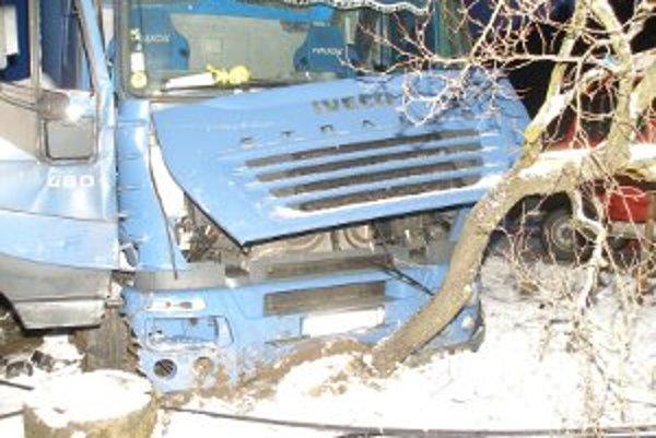 Vodič dostal šmyk na zasneženej a zľadovatenej ceste, narazil do stĺpu, auta i oplotenia domu.