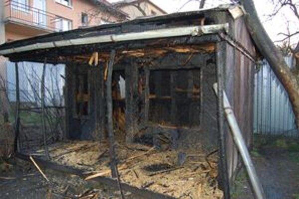 Vyhorená drevená chatka. Slovenskému štatistickému úradu vznikla škoda 1 500 eur.