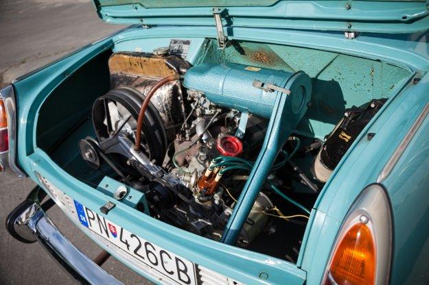 Štvorvalcový štvortaktný motor bol umiestnený vzadu a poháňal zadné kolesá. Škoda 1000 MB mala objem 998 cm³ s výkonom 48k SAE (35kW), resp. 43 k DIN (32kW). Škoda 1100 MB mala objem motora 1107 cm³ a výkon 52k SAE (38kW), resp. 47 k DIN (34,5 kW).