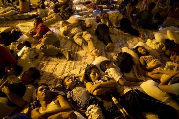 Obyvatelia mesta Portoviejo spia pod provizórnym stanom