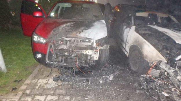 Požiar  poškodil dve vozidlá  stojace vedľa seba.