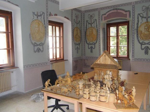 Radnú sieň zdobia unikátne nástenné maľby z 18. a 19. storočia.