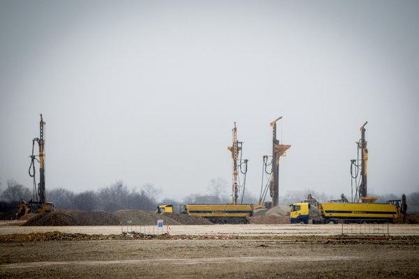 Výstavba priemyselného parku pri Nitre, kde má stáť závod Jaguar Land Rover. Fotka je z februára 2016.
