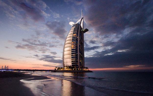 Luxus hotela Burdž Al Arab je vyjadrený 7 hviezdičkami, ktoré má ako jediný na svete