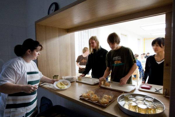 Časť prievidzských gymnazistov sa v jedálni odmieta stravovať.