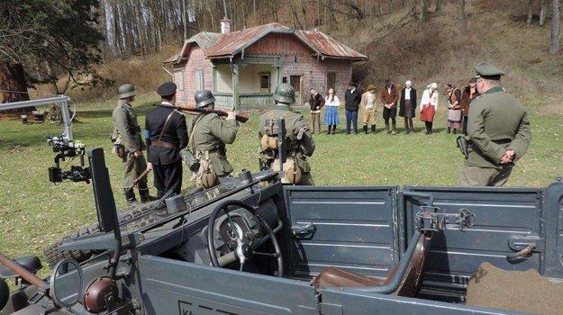 Scéna s popravou deviatich ľudí sa točila na Slavkove vo Voznici.