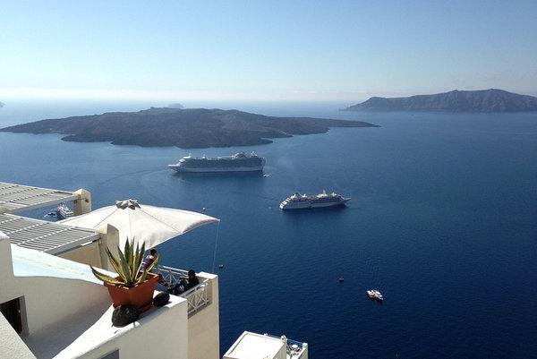 Santorin je tiež obľúbené miesto počas plavby veľkých výletných lodí po Stredomorí.