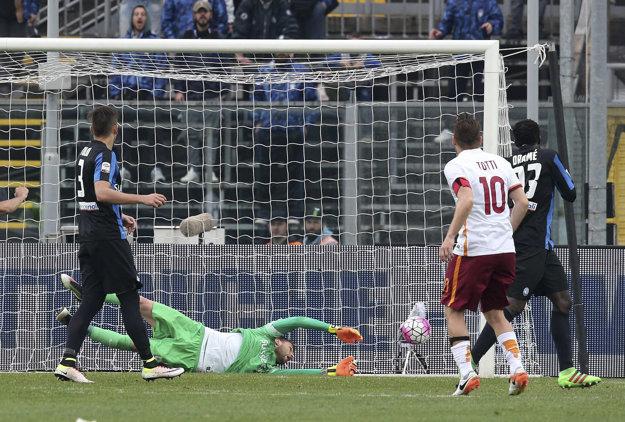 Francesco Totti strieľa vyrovnávajúci gól do siete FC Turín.