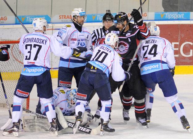 Michal Handzuš sa márne snaží presadiť pred bránou Nitry.