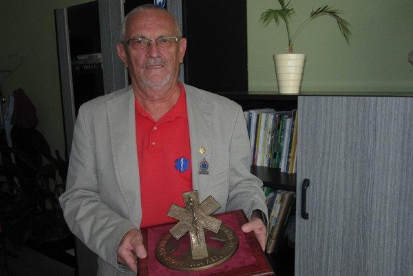 Štefan Svitok hrdo prezentuje Národnú cenu záchrannej zdravotnej služby.