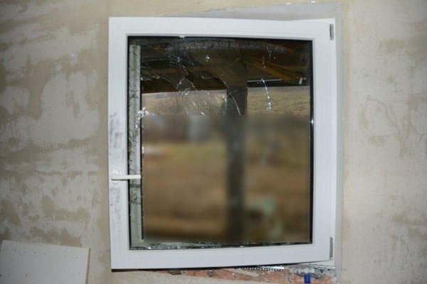 Poškodené okno po zlodejovi.