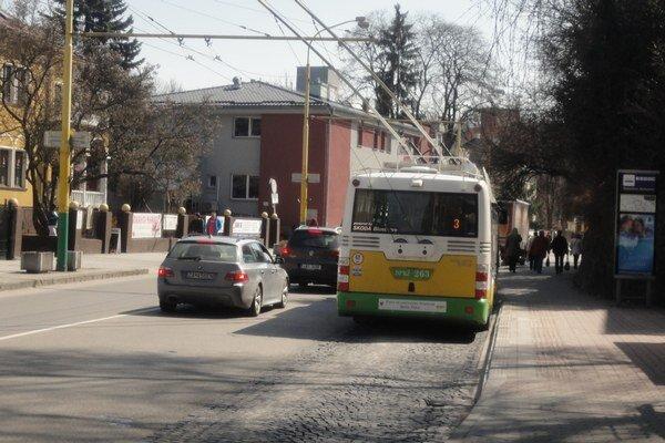 Deviant útočí v mestskej doprave.