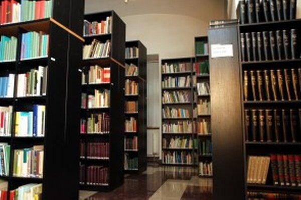 Vstúpte do odbornej knižnice.