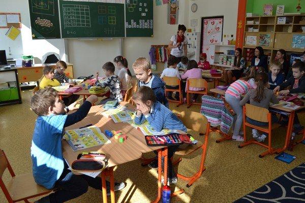 Prváčikovia ZŠ Limbová sa môžu učiť viac po anglicky.