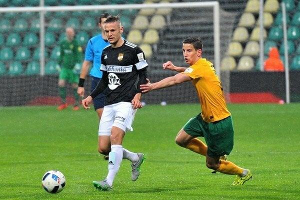 Jakub Paur (v žltom) ide do súboja s Tomášom Hukom z Dunajskej Stredy.