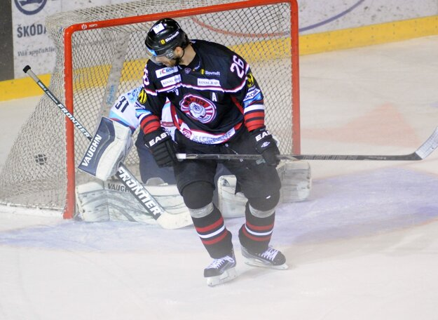 Na snímke z druhého finále Michal Handzuš tieni brankárovi Michalovi Valentovi, ktorý dostáva gól.