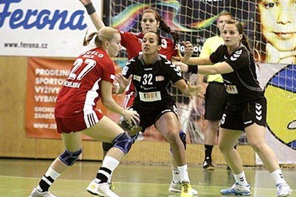 V Olomouci doplatili Šalianky opäť na slabú produktivitu. S loptou Eva Veselková, autorka 11 gólov, vzadu Trochtová.