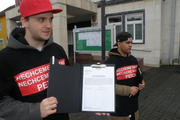 Petíciu proti Ľubošovi Maxinovi organizovalo združenie Nahlas, ktoré nechce vysvetliť, na čo minulo osemtisíc štátnych eur. Radšej dar vráti.
