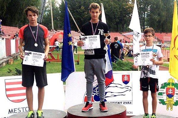 Viktor Sabo (v strede) z ŠG Nitra vyhral beh chlapcov na 1000 metrov vo finále súťaže Hľadáme nových olympionikov.