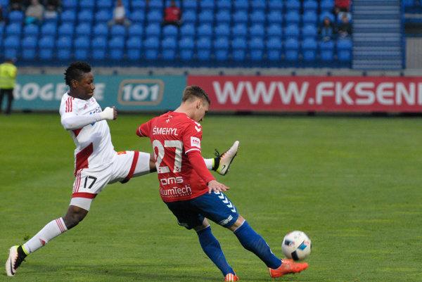 Trenčan Kalu (vľavo) strelil prvý gól zápasu.