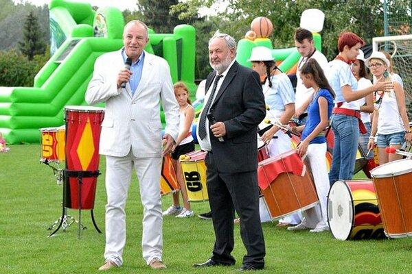 Šéf klubu Miroslav Wöllner môže byť pri pohľade na tabuľku druhej ligy spokojný. Vľavo primátor Jozef Belický. Snímka je z utorkového podujatia Family day.