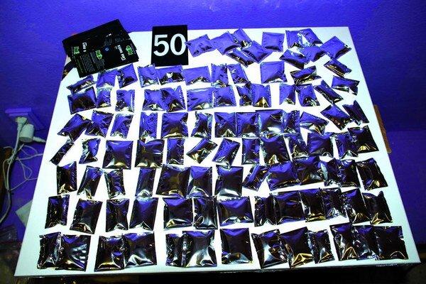 Tovar, ktorý polícia zaistila v obchodoch, obsahoval podľa odborníkov návykové látky.