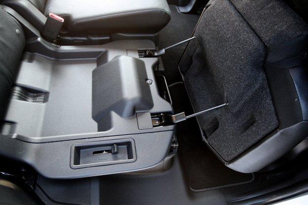 Sklápanie sedadiel v strednom rade vyžaduje dva kroky. Vyklopenie sedáku a sklopenie operadla.