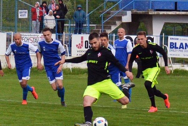 Seredčan Martin Mečiar v 78. minúte premenil penaltu a rozhodol o troch bodoch pre ŠKF.