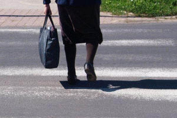 Dôchodkyňa prechádzala cez priechod pre chodcov.