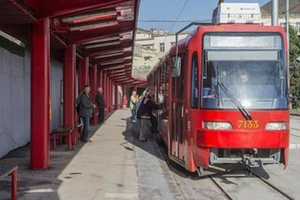 Električka smerovala na Hlavnú železničnú stanicu.