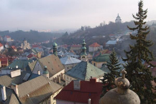 Výhľad z veže Starého zámku. V pozadí Nový zámok. V oboch expozíciách má múzeum vianočné stromčeky.