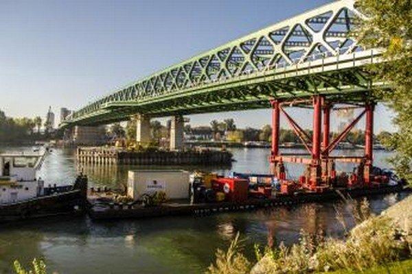 Záverečný výsuv novej konštrukcie Starého mosta na bratislavskej strane Dunaja.
