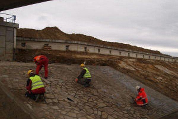 Práce na obchvate skomplikovali zosuvy pôdy.