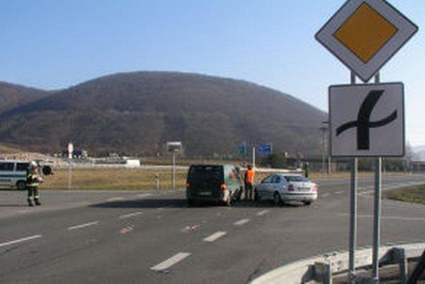 Križovatka je úsekom s častými kolíziami. Vodiči sa sťažujú na zlý výhľad.