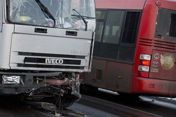 Poškodené nákladné auto po kolízii s autobusom MHD.