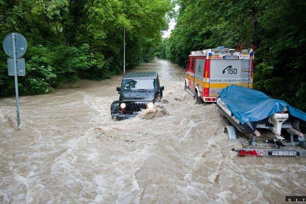 Devínska cesta počas povodní.