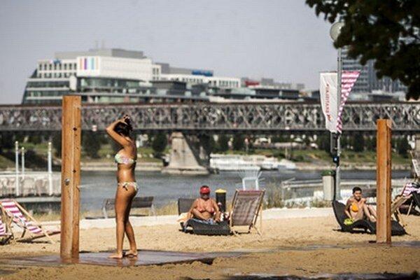 Mestská pláž počas minulého roka, v pozadí ešte so Starým mostom.