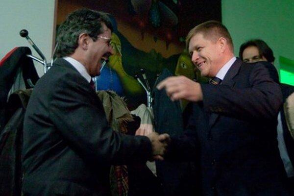 Premiér Róbert Fico gratuľuje k výhre Milanovi Ftáčnikovi v komunálnych voľbách v roku 2010.