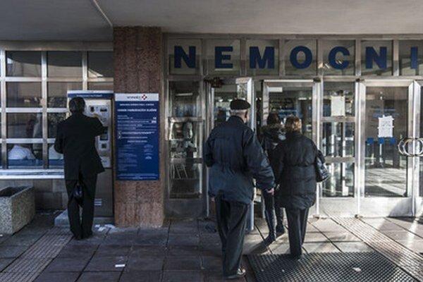 Univerzitná nemocnica v Bratislave sa odvolala proti predbežnému opatreniu súdu, ktorý v apríli nariadil prevádzkovateľovi parkoviska pred nemocnicou v Petržalke, aby nevyberal parkovné na 66 miestach.