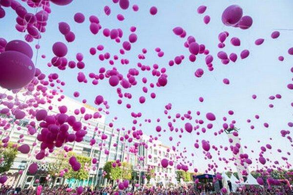 Námestie pred Euroveou bolo plné ľudí, ktorí pochodovali proti rakovine prsníka.