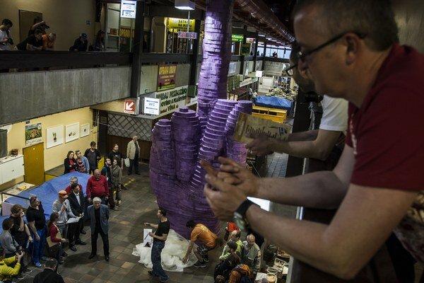 Festival Tutti Fruti v novej tržnici so vztýčeným prostredníkom od výtvarníka Davida Černého.